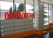 Онличане на колони със стъклени етажерки